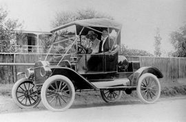 StateLibQld_1_114904_Doctor_and_Mrs_David_Hardie_in_their_Model_T_Ford_automobile,_ca__1913